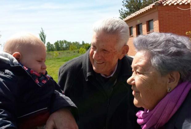 Mark con sus abuelos
