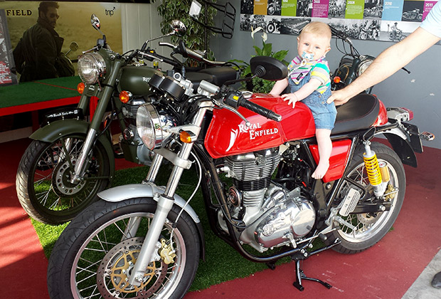 Mark probando la Royal Enfield Continental GT