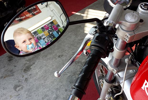 La seguridad y probar los espejos es importante en una combinación bebe - moto.