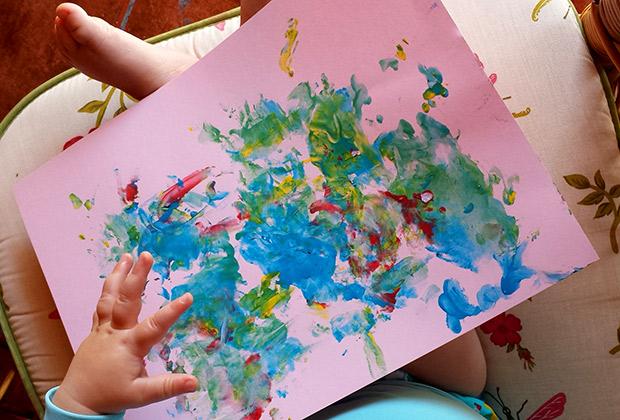 Mark y su primer dibujo con pintura de dedos de Alpino