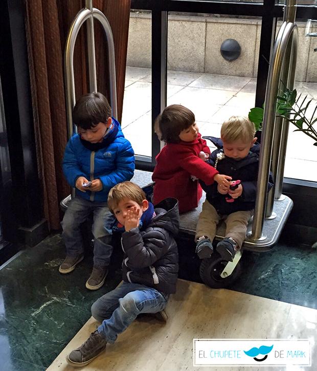 Mark y su chupete visitando Madrid por primera vez con unos amigos
