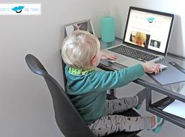 """Mark en su oficina trabajando en el blog """"El chupete de mark"""""""