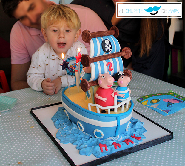 La tarta de cumpleaños de fondant de el barco de peppa pig de euskocake