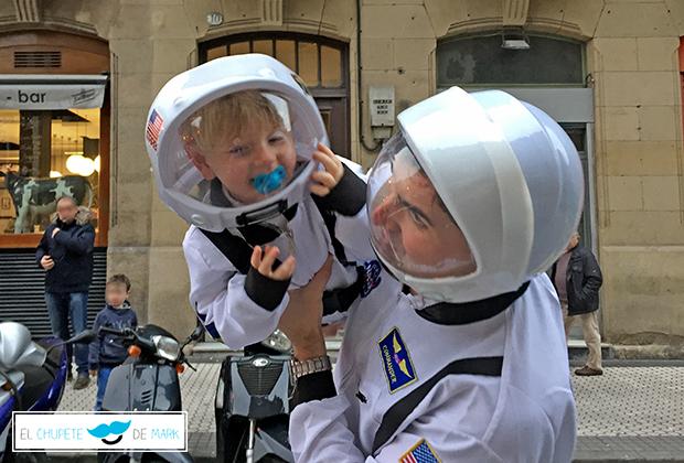 El chupete de Mark enseña su disfraz de carnaval para niños. Disfraz de astronauta.